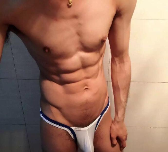 帅哥内裤照-丁字裤肌肉帅哥厕所自拍生活照