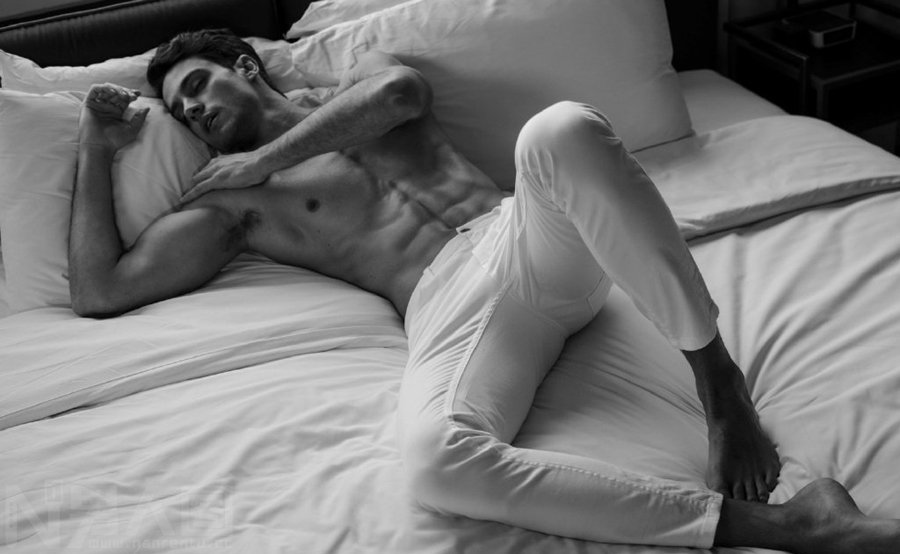 引用帅哥大鸟诱惑-床上睡觉欧美帅哥的大鸟凸起图片