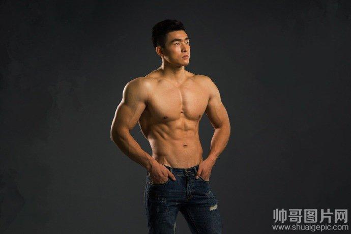 高大的肌肉猛男图片-男人需要健身锻炼腹肌