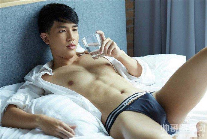 男人那东西硬起来图片-躺床上的男人那东西雄起图片-男模摄影