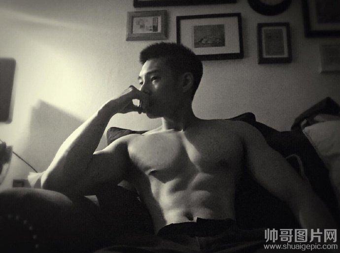 肌肉帅哥裆部凸起图片-肌肉男模摄影