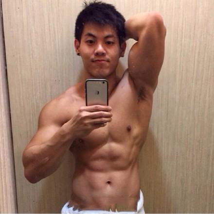 健身帅哥激凸自拍 浴室自撸好身材
