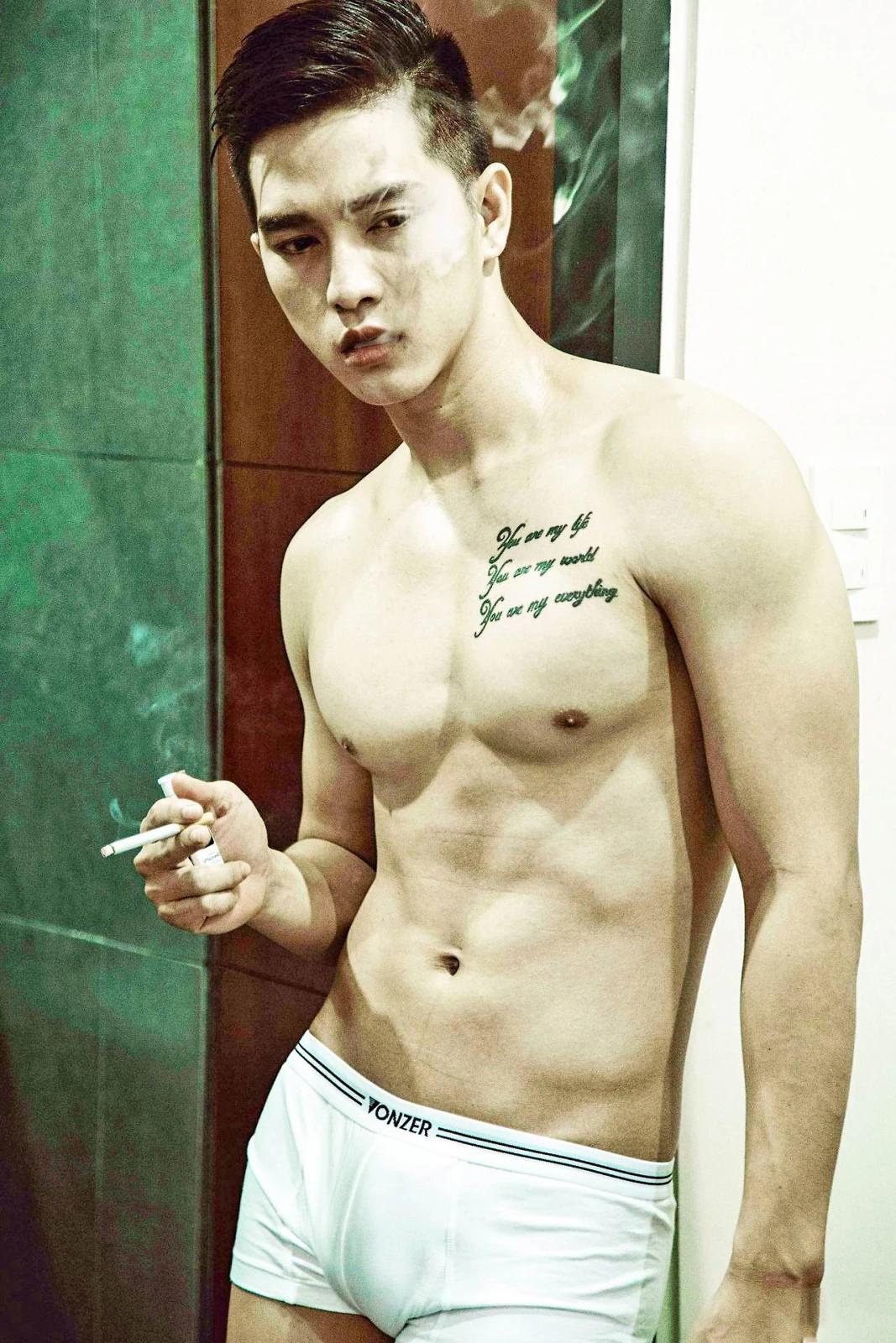 英文字母纹身肌肉美男子洗澡图片