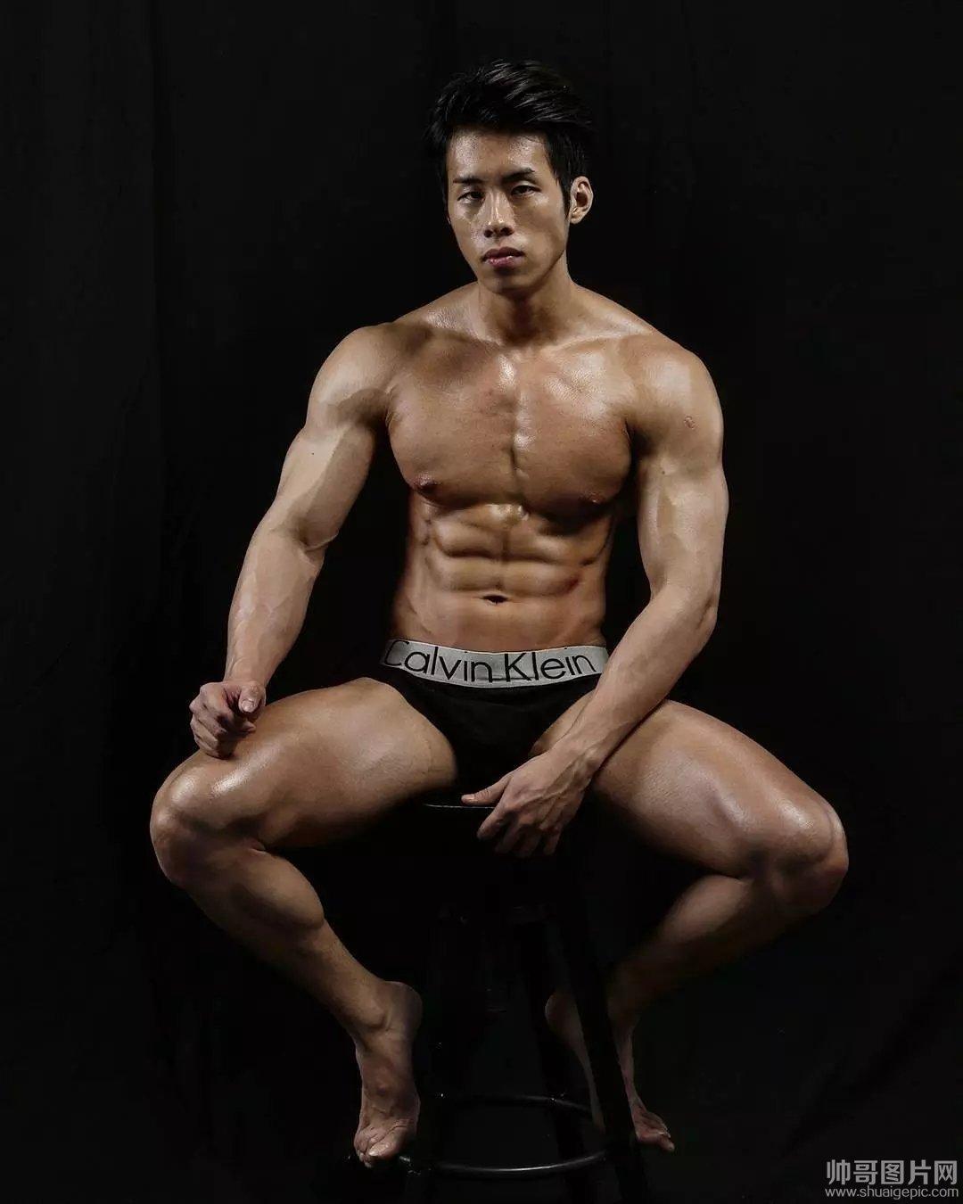 肌肉帅哥漏大雕不遮 巨雕肌肉帅哥