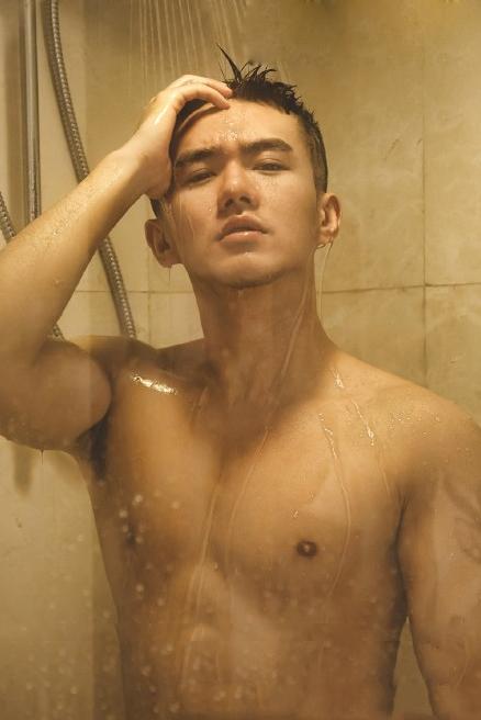 帅哥洗澡不穿内裤上床
