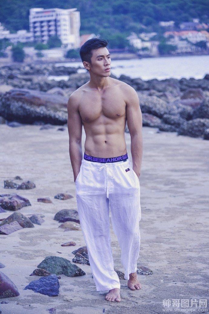 海边肌肉帅哥照片-海边帅哥激凸拖鞋光脚踩沙滩