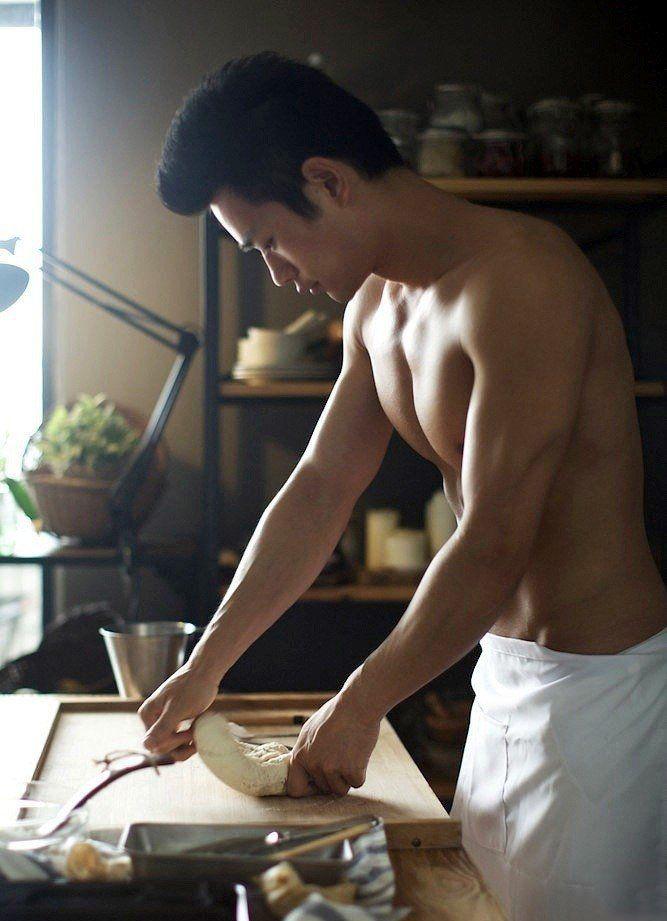 肌肉男模帅哥脱光衣服做饭一定好吃