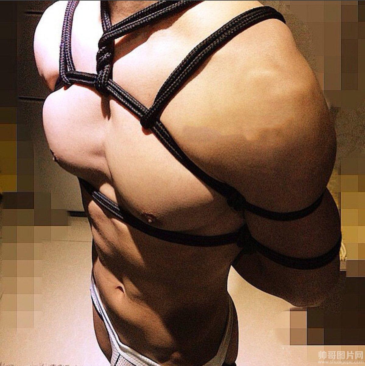 肌肉猛男玩捆绑 肌肉帅哥被绑