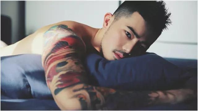 性感全裸男体图片 纹身的男人丹增朗杰