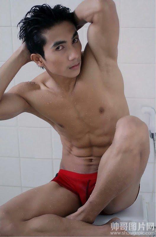 肌肉帅哥洗澡照片-穿红内裤坐床上的肌肉男