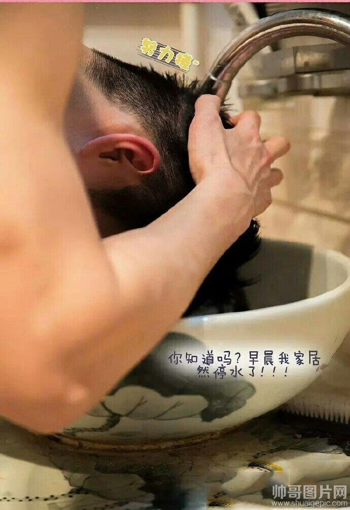 帅哥洗澡的图片-裸男在洗手间用水龙头洗头