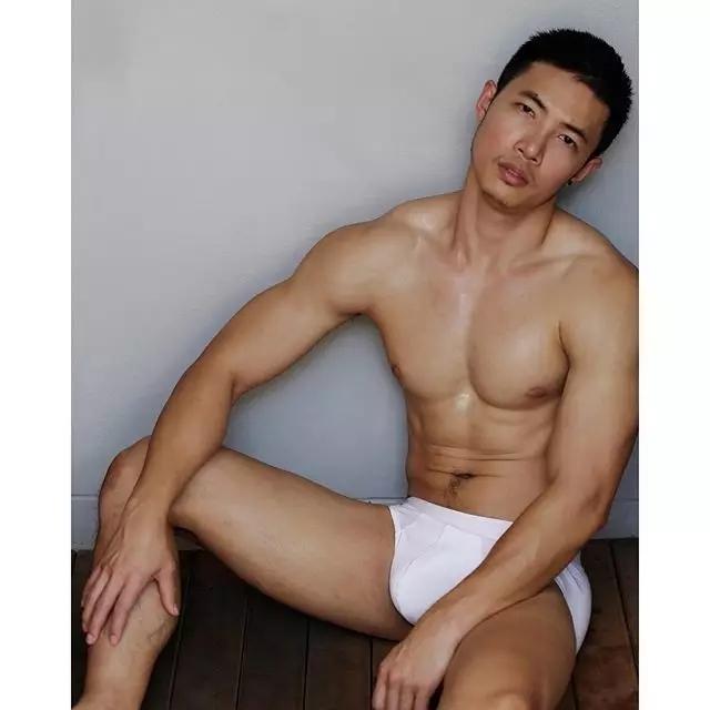 白色内裤男模凸起来 肌肉完美颜值高