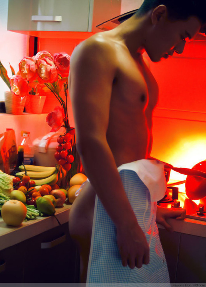 肌肉型男脱光衣服做饭 腹肌大胸肌美食缺一不可