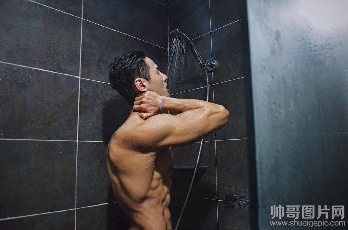 肌肉帅哥浴室洗澡图片-帅哥在浴室洗澡打枪过吗