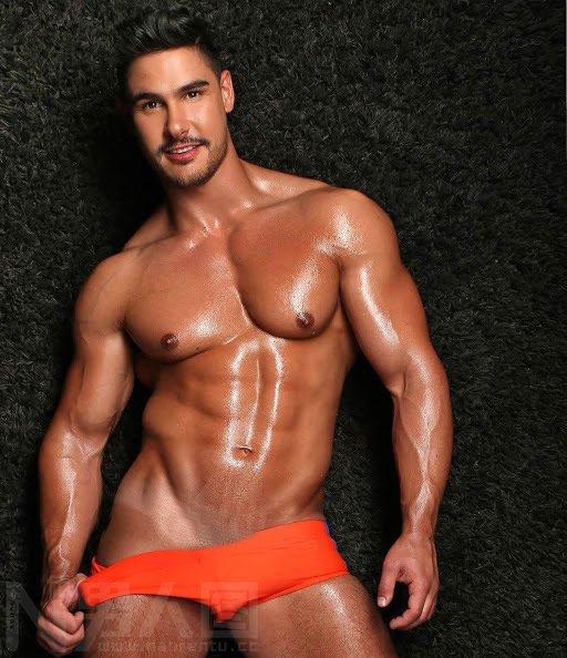 古铜色皮肤的欧美肌肉男的男人那东西多大_百度图片