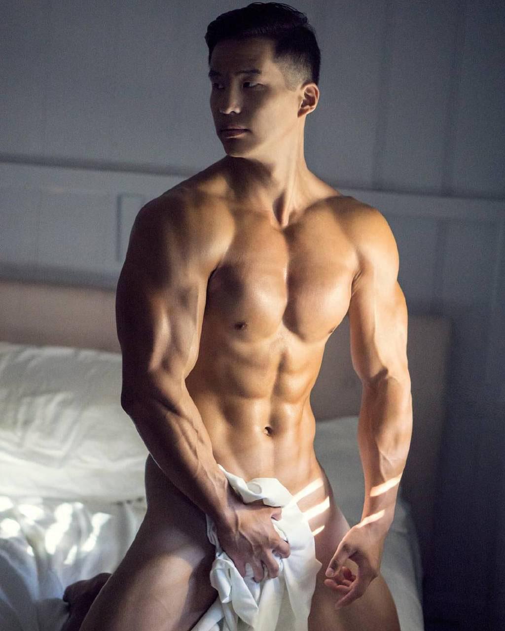 肌肉帅哥睡觉脱内裤现男人命根子