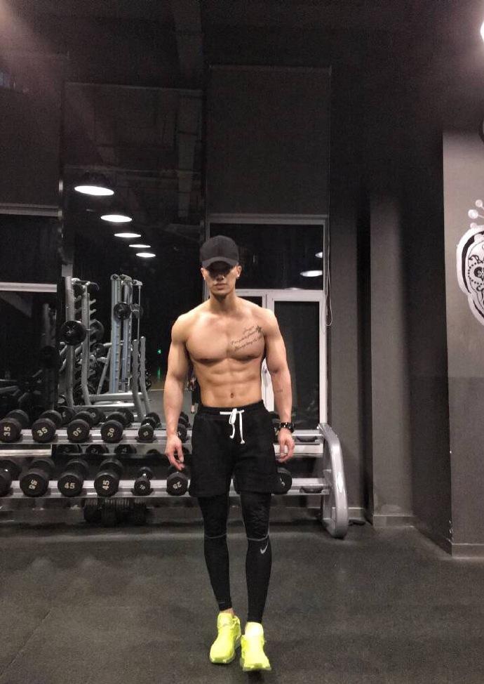 健身房里的肌肉男帅哥自拍健身照片