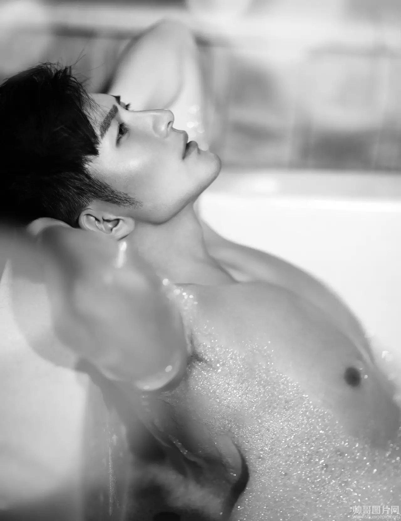 肌肉帅哥洗澡图片 帅哥浴室洗澡打枪
