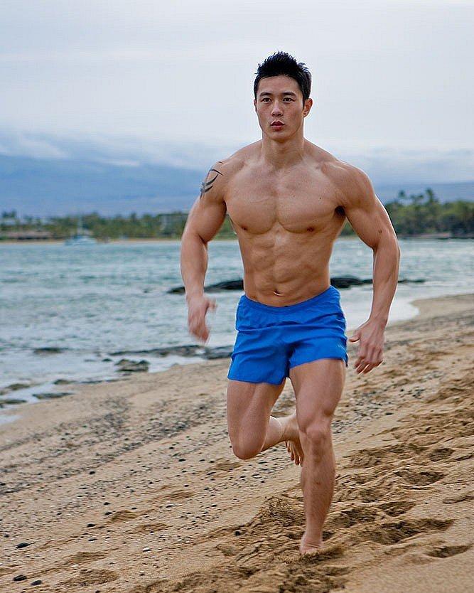 夏天海边奔跑的肌肉帅哥的大鸟凸起图片