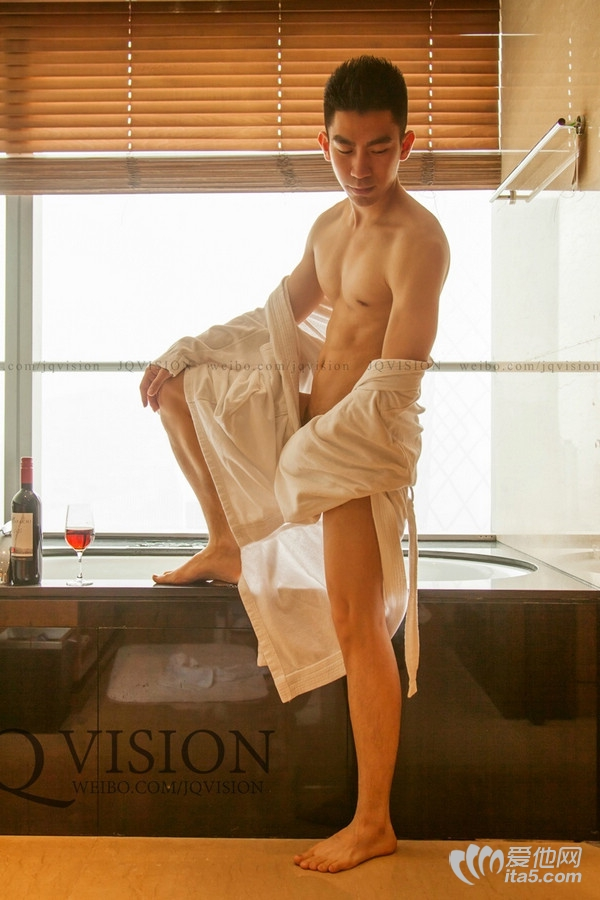 JQ映画摄影作品-居家帅哥喝酒露臀玩鸟 帅哥的内裤被脱