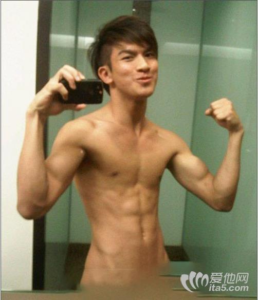 台湾90后小帅哥卫生间自拍不小心露耻毛-吸取帅哥精液 帅哥gay小