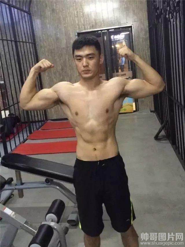 展示健美身材的肌肉猛男健身房自拍照片-虐武警肌肉男大雕杨龙4