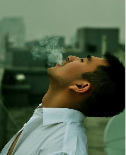 抽烟的成熟男人生活照