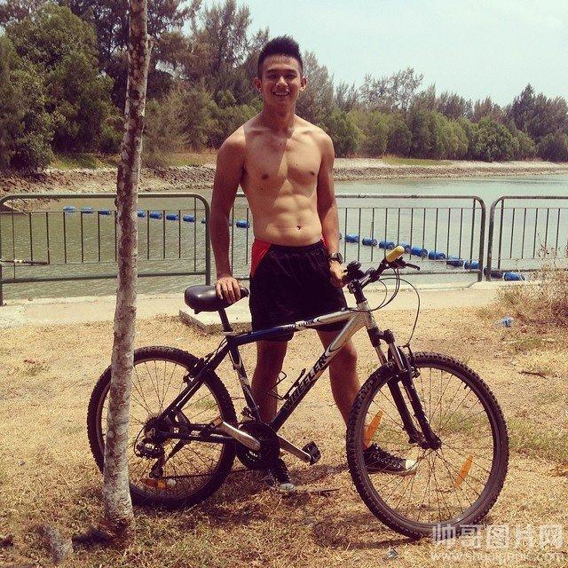 长相清秀的男生很帅吗?-喜欢骑单车的健身肌肉帅哥体育生互撸