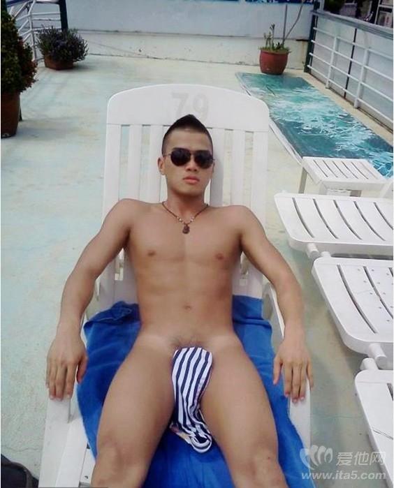 夏天戴墨镜的帅哥裸晒日光浴 寸头帅哥 直男帅哥硬汉