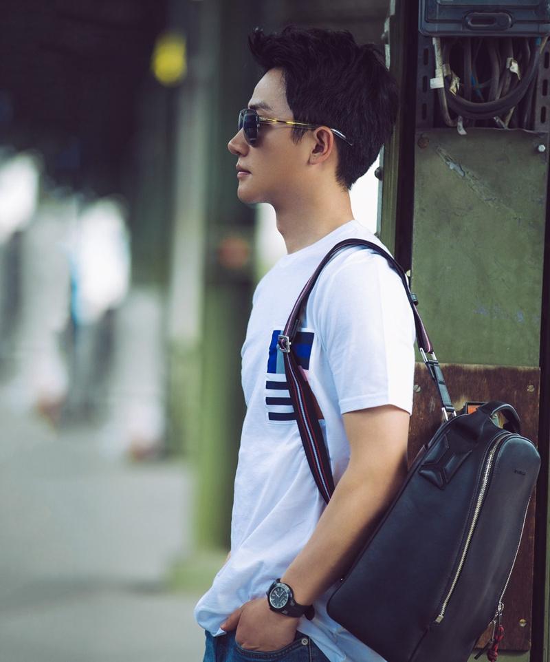 演员黄轩巴黎男装周清爽随性街拍图片
