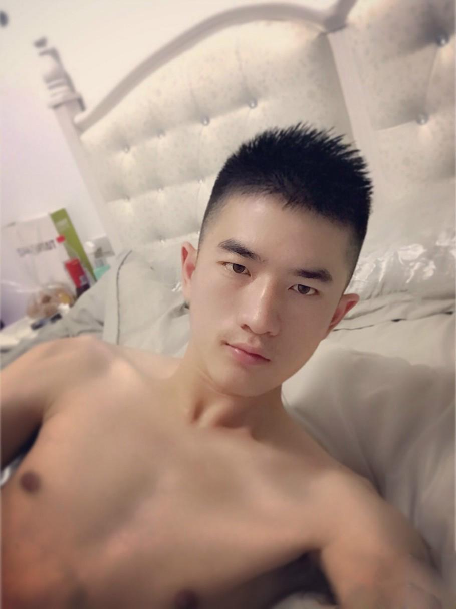 军人帅哥裸睡床照-自拍性感生好身材
